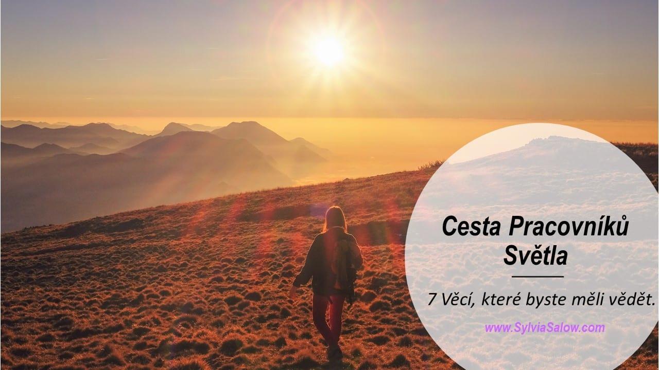 žena kráčející po horách při západu slunce